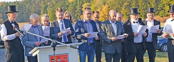Ein Lied auf die alte Grenze stimmen Commissaire (mit Zylinder), Landrat, Gemeindevertreter, LAG-Leute und Siebener-Entsandte an.