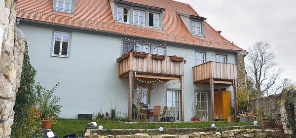 """""""Malerisches Rothenburg?"""" – Die Rückseite eines komplett sanierten Altbaus vor dem Burgtor: Fassade und Garten wurden malträtiert."""