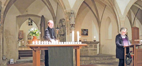 In der Franziskanerkirche mit Pfarrer Gußmann, Hannelore Hochbauer verliest die Namen. Fotos: diba
